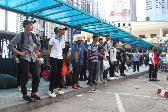 Khung cảnh đông đúc tại bến xe, ai cũng tay xách nách mang.