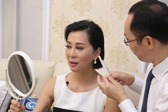 Bác sĩ Nguyễn Công Hân đang thực hiện thăm khám tình trạng lão hóa cho MC Nguyễn Cao Kỳ Duyên.