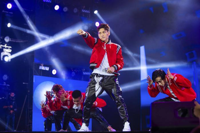 Phần trình diễn của Isaac được các fan có mặt liên tục hát theo và hòa giọng cùng anh.