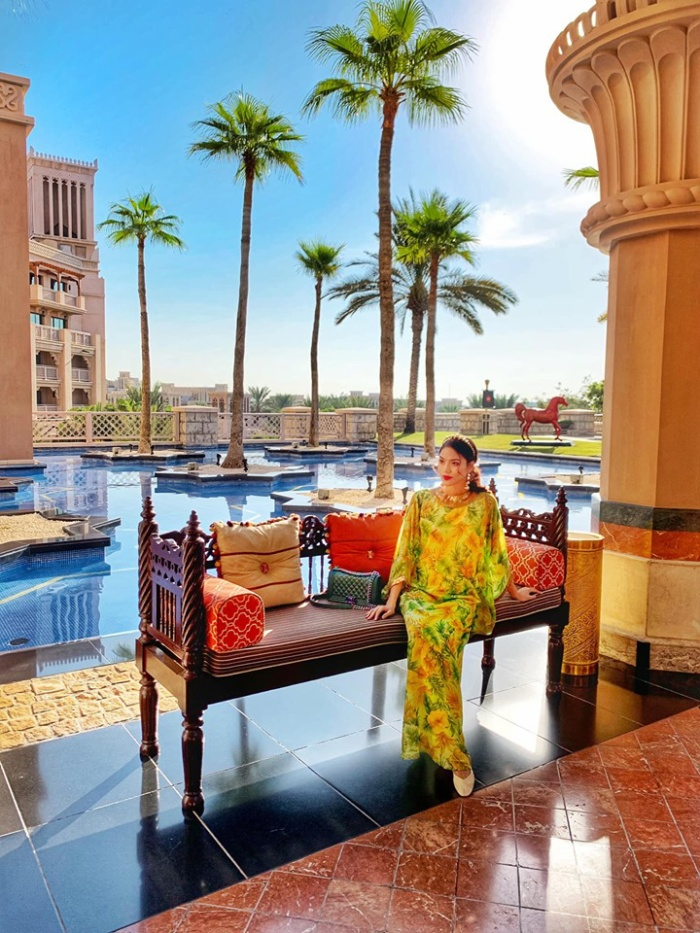 Người đẹp chia sẻ rằng cô đã có nhiều trải nghiệm thú vị trong ngày đầu tiên đến Dubai mà mỗi tội nắng quá nên hình minh họa không có bao nhiêu
