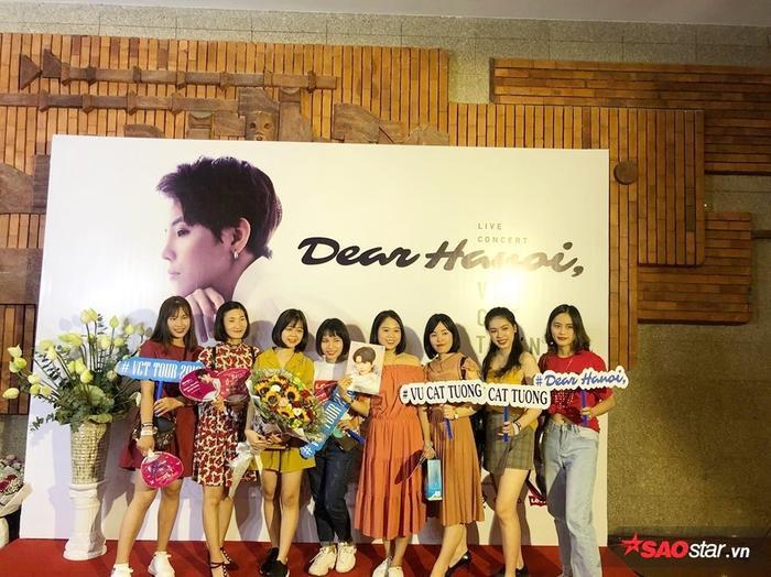 Các fan có mặt từ rất sớm để chờ đón Dear Hanoi.