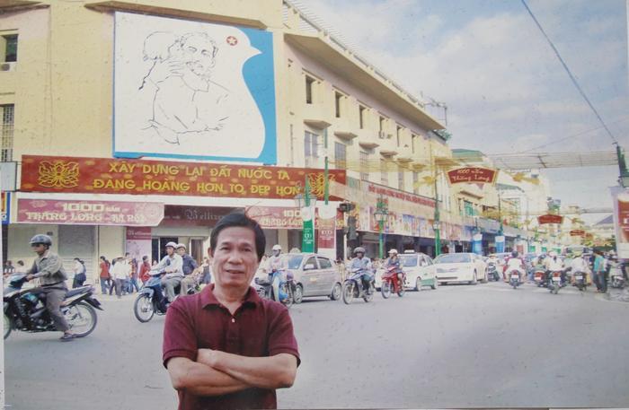 Hoạ sĩ Trần Từ Thành chụp kỷ niệm bên bức tranh do mình vẽ dịp Đại lễ 1000 năm Thăng Long – Hà Nội.