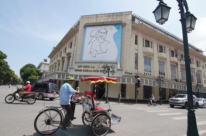 Hiện bức tranh được treo trang trọng trên nóc Nhà thông tin của thành phố Hà Nội.