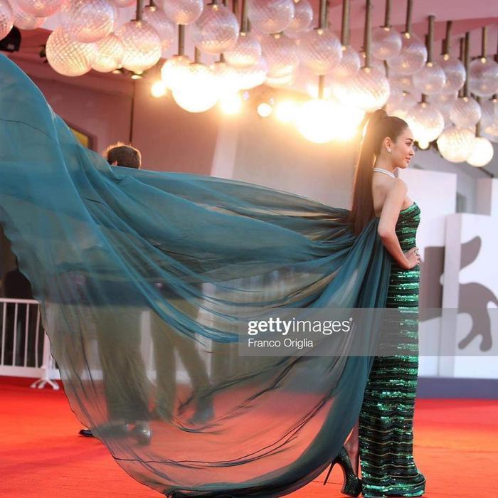 Min Pechaya nổi bật tại thảm đỏ liên hoan phim Venice với trang phục được thiết kế dành riêng cho cô đến từ thương hiệu Etro ảnh 3