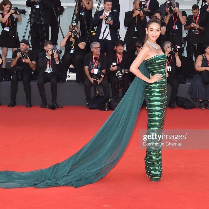 Min Pechaya nổi bật tại thảm đỏ liên hoan phim Venice với trang phục được thiết kế dành riêng cho cô đến từ thương hiệu Etro ảnh 7