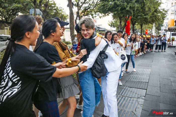 Gương mặt không giấu được sự hạnh phúc khi ôm chặt fan của Jack.