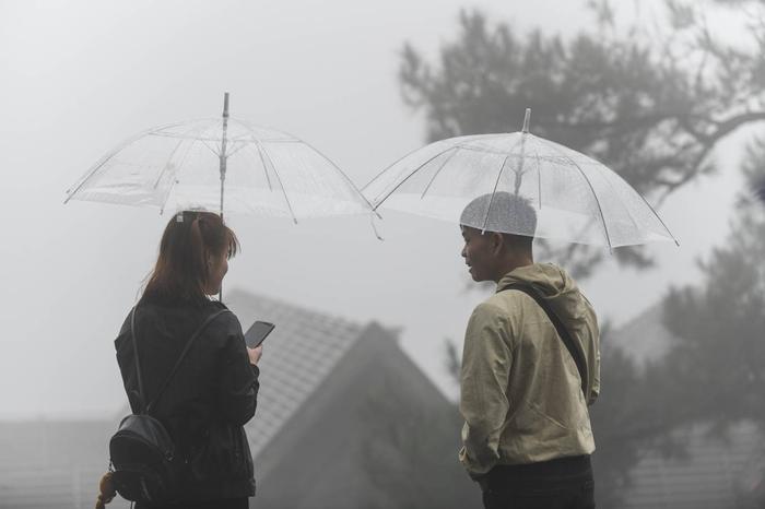 Đôi bạn đến tham quan nhà thờ đá trong thời tiết nhiều mưa và sương mù sáng nay.