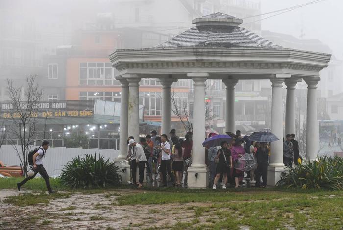Các khu vực có mái che như nhà hàng, quán cà phê tập trung khách du lịch trú mưa. Trong ảnh là một chòi nghỉ nằm trên quảng trường trung tâm.