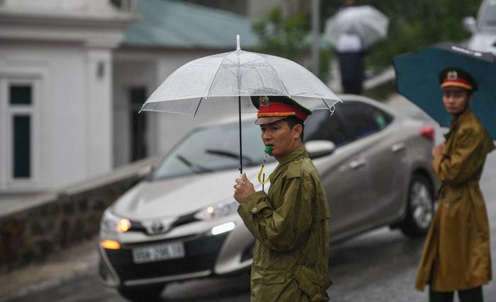 Tất cả tuyến đường quanh Tam Đảo đều có lực lượng công an, cảnh sát giao thông đứng phân luồng. Cán bộ công an trực tại xã Hồ Sơn cho biết, một số đoạn đường, ôtô đứng chờ gần một tiếng nhưng vẫn chưa di chuyển được.