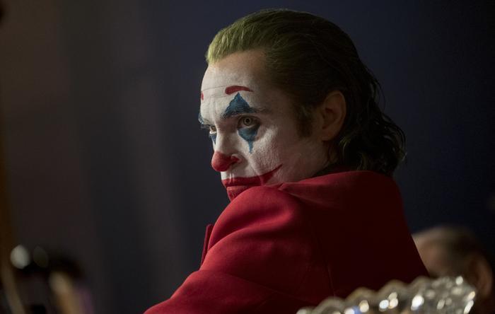 """""""Joker"""" tập trung xây dựng cốt truyện sâu xa, nhiều lớp, mang màu sắc đen tối, trần tục của DC."""