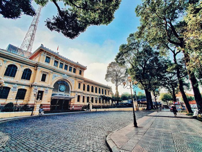 Bưu điện trung tâm thành phố, nơi ngày thường luôn đông đúc với các hoạt động tham quan du lịch trở nên yên ắng khác thường.