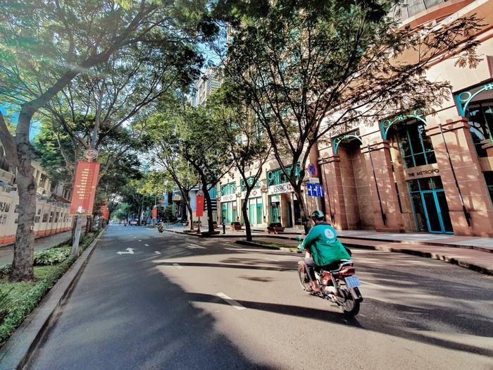 Tuyến đường Đồng Khởi được mệnh danh là thiên đường của những tín đồ mua sắm bởi sự xuất hiện dày đặc của các thương hiệu thời trang nổi tiếng, cũng trở nên tĩnh lặng vào dịp nghỉ lễ.