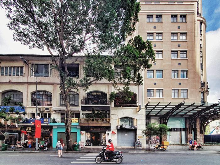 Góc phố sầm uất cạnh Nhà hát Thành phố cũng trở nên bớt sôi động hơn so với ngày bình thường.