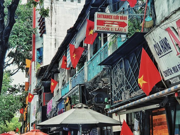 Cờ đỏ sao vàng được treo khắp nơi ở những ngôi nhà mặt tiền.