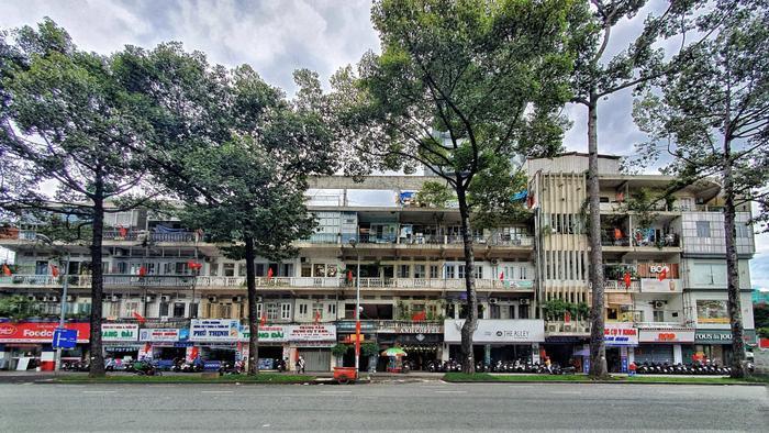 Một chung cư trên đường Trần Hưng Đạo phủ kín bóng cờ đỏ.