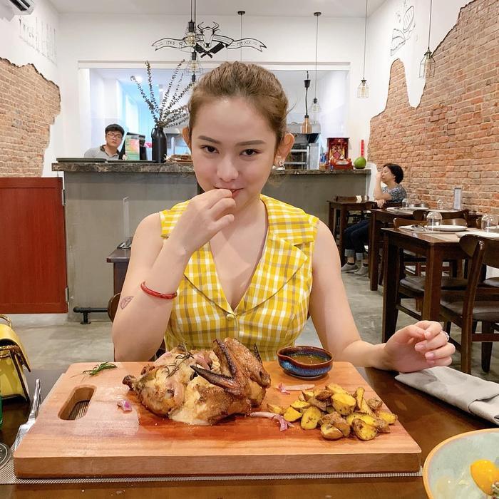 Thuý Vi dành ngày lễ để đi khai trương quán ăn của bạn. Biểu cảm của cô trong bức ảnh này được đánh gía là khá cute.