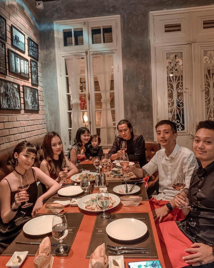 Ngọc Mon lên đồ xuất sắc, đi ăn sang chảnh cùng bạn bè và người thân.