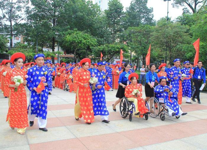 100 cặp đôi có hoàn cảnh khó khăn được tổ chức lễ cưới. Ảnh: báo Tiền Phong