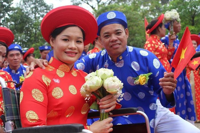 Ngoài được tổ chức lễ cưới, các cặp đôi còn nhận được quà tặng đặc biệt từ BTC. Ảnh: PLO.