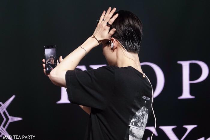 Sehun mượn điện thoại fan để soi gương.