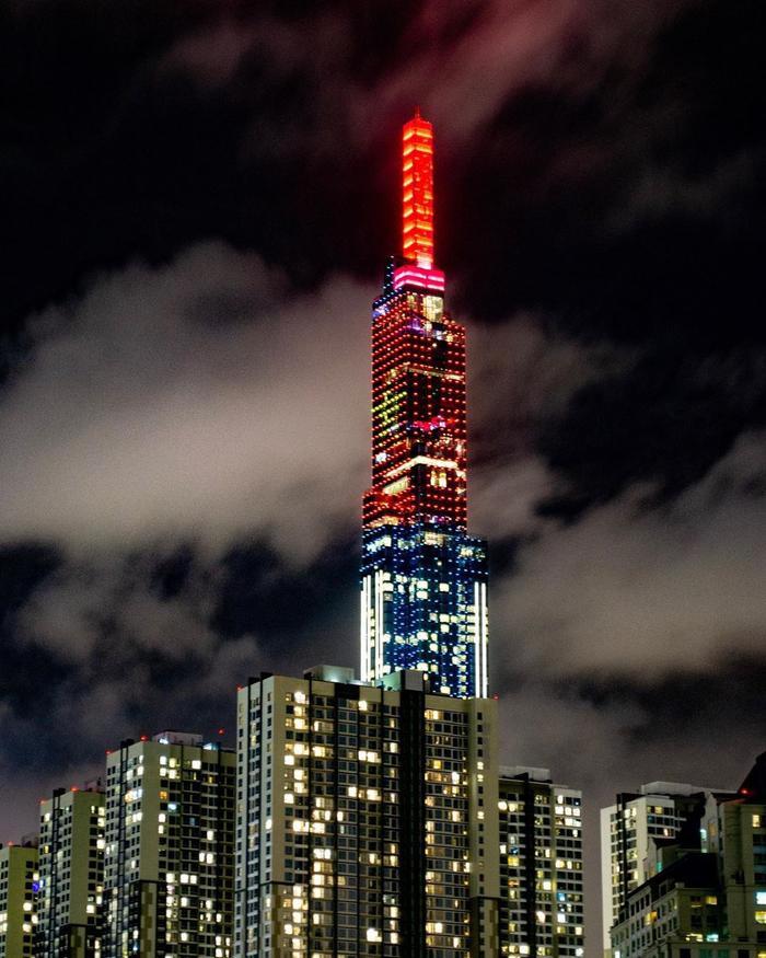 Tòa nhà Landmark 81 đổi đèn trang trí thành Quốc kỳ Việt Nam trước giờ bắn pháo hoa.
