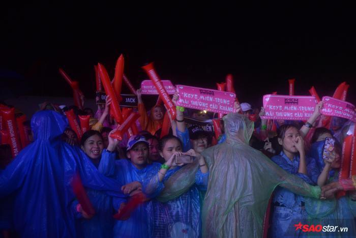 Không màng mưa ngày một lớn, các fan của Jack và K-ICM vẫn nán lại đến những giây phút cuối cùng để cổ vũ cho thần tượng.