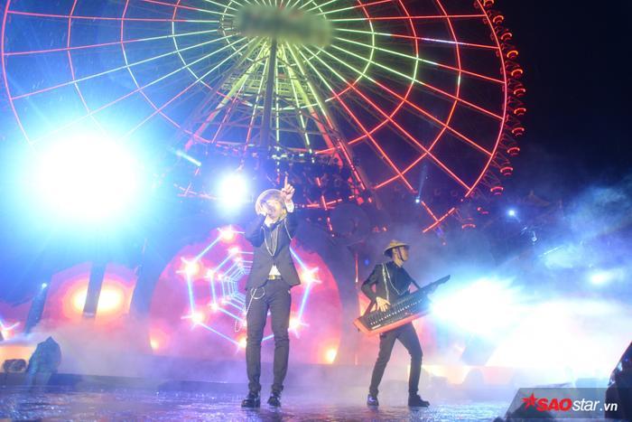 Jack và K-ICM đội nón lá biểu diễn trên sân khấu tại Đà Nẵng.