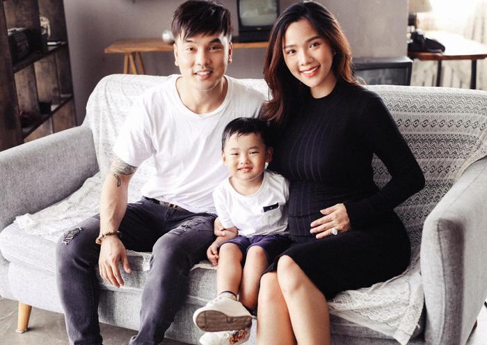 Với việc đã có hai cậu con trai trước đó nên việc Kim Cương mang thai con gái lần này đã làm cho gia đình của Ưng Hoàng Phúc 'đủ nếp đủ tẻ' khiến ai nhìn vào cũng xuýt xoa ngưỡng mộ.