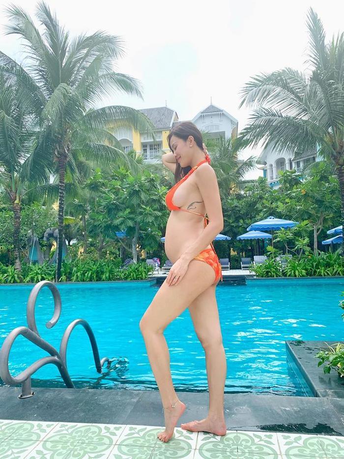 Cô nàng thường xuyên diện bikini khoe bụng bầu và vóc dáng gợi cảm