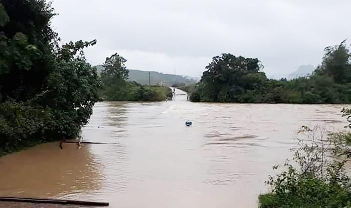 Cầu tràn ở Minh Hóa (Quảng Bình) bị ngập sâu do mưa lớn. Ảnh: Báo Giao thông