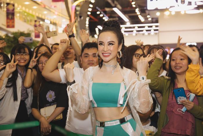 Đang thăng hạng nhan sắc, Angela Phương Trinh bỗng xấu toàn tập với bộ cánh cosplay siêu nhân bị hỏng