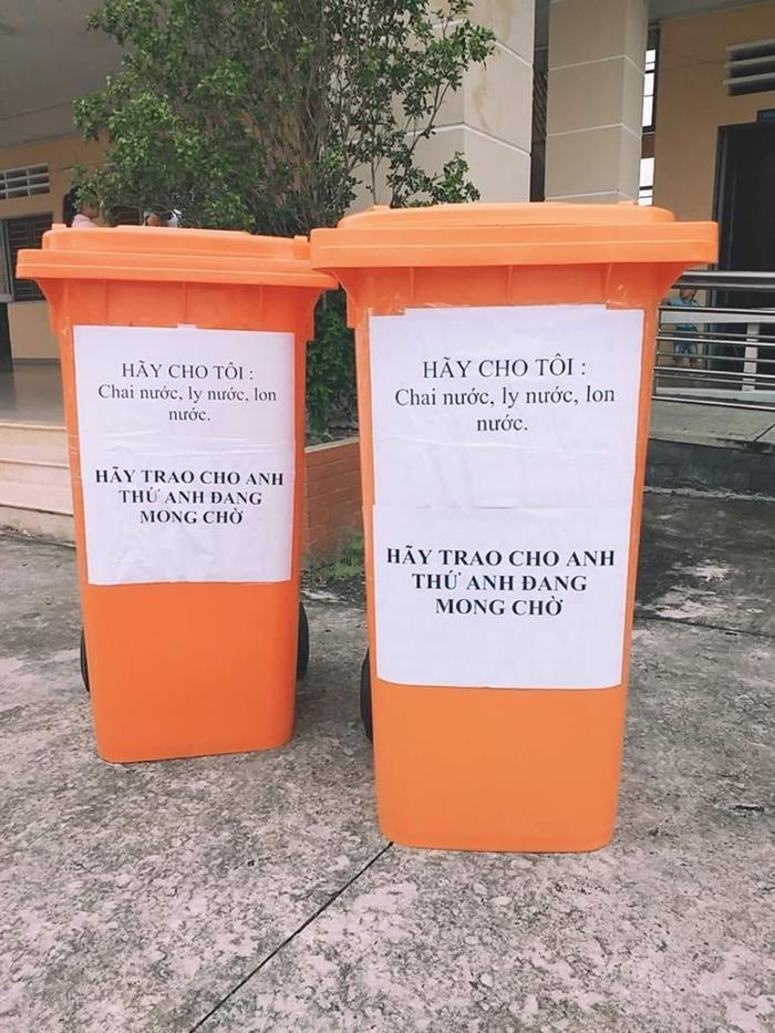 """Trường THPT Phan Văn Đạt đã sử dụng một đoạn nhạc ngắn trong ca khúc """"Hãy trao cho anh"""" để truyền tải thông điệp bỏ rác đúng nơi quy định của trường muốn gửi đến các bạn học sinh. Ảnh: Duy Khanh/Group Trường Người Ta"""