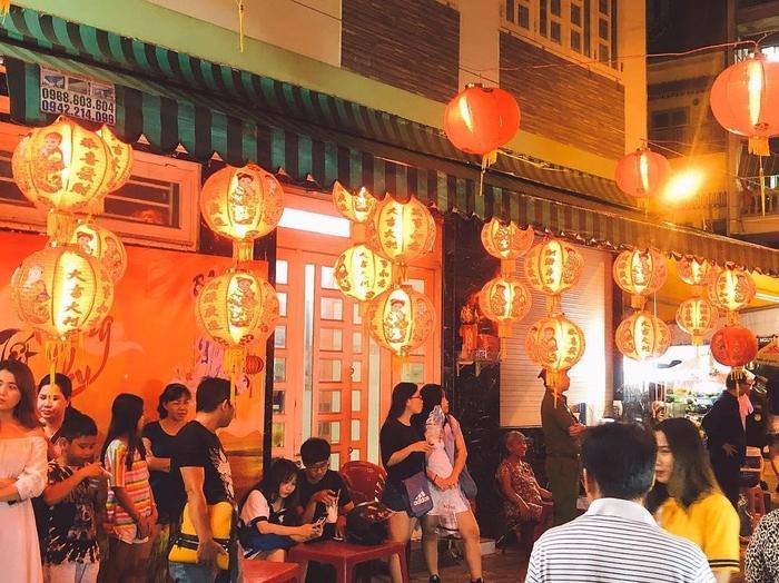 """Phố lồng đèn Lương Nhữ Học được mệnh danh là """"Thánh địa lồng đèn"""" và là điểm vui chơi nổi tiếng nhất TP HCM mỗi độ Tết Trung thu đến. (Ảnh: @tee.huang1211)"""