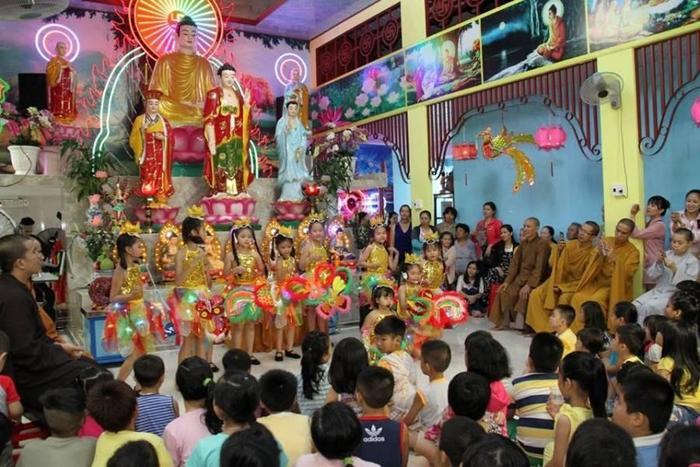 Tết Trung thu là ngày lễ lớn thu hút được nhiều bạn nhỏ đến chùa tham gia các hoạt động văn hóa cùng cha mẹ.