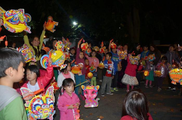 Tại chùa, các bé được tham gia phá cỗ, rước đèn và nhiều hoạt động ý nghĩa khác. (Ảnh: Internet)