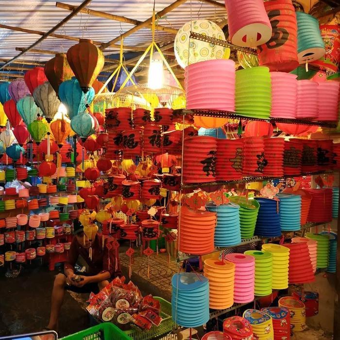 Trải dài con phố Lương Nhữ Học là hàng trăm mẫu đèn lồng có kích thước và màu sắc khác nhau. (Ảnh: @sure.faly)