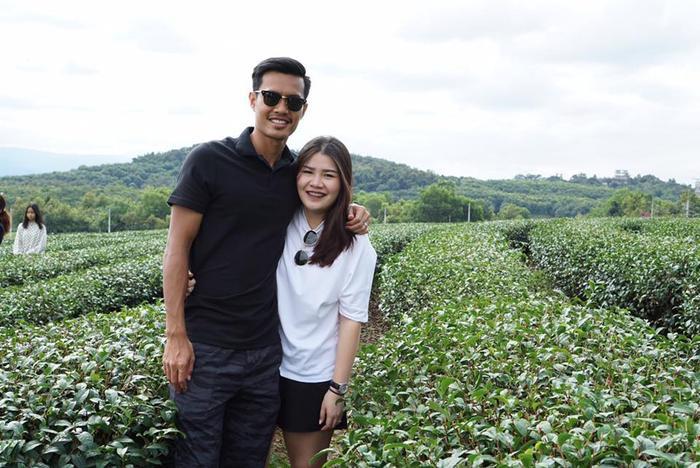 Khác với Bùi Tiến Dũng, trung vệ Shinnaphat bên phía ĐT Thái Lan có cô vợ kém sắc hơn hẳn.