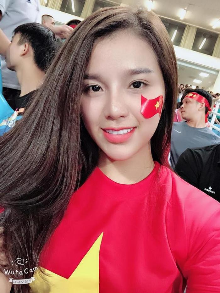 Nguyễn Khánh Linh sinh năm 1997, cô từng có thời gian đi du học bên Singapore.