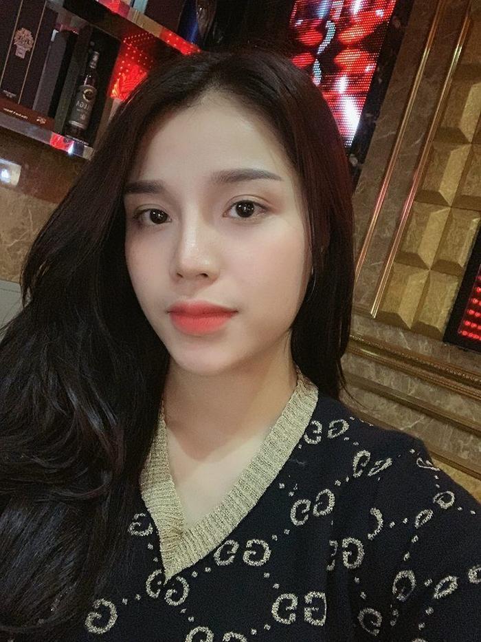 """Vẻ ngoài vô cùng xinh đẹp cùng gia thế """"khủng"""", cô trở thành hậu phương vững chắc cho trung vệ ĐT Việt Nam."""