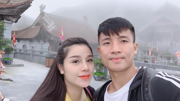Mới đây, trung vệ Bùi Tiến Dũng đã làm lễ đính hôn cùng bạn gái Nguyễn Khánh Linh.