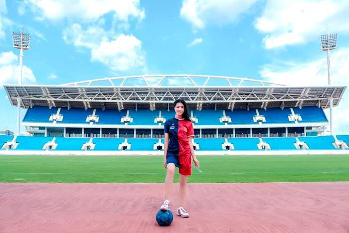 Với trang phục là bộ đồ bóng đá một bên là sắc đỏ hùng hồn của Việt Nam, một bên lại là màu xanh thiên thanh của Thái Lan và được chụp trong sân bóng đá. Nguyễn Hường Hường đã nhận rất nhiều lời khen của cư dân mạng sau khi đăng tải bộ ảnh này.