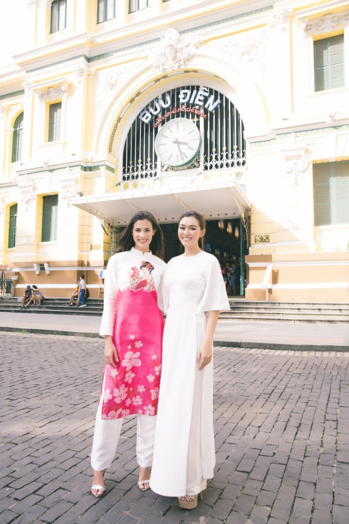 Hoa hậu quốc tế Mariem rạng rỡ trong bộ áo dài có hoa văn đậm màu sắc Nhật Bản do Hoa hậu Việt Nam 2010 - Ngọc Hân thiết kế.