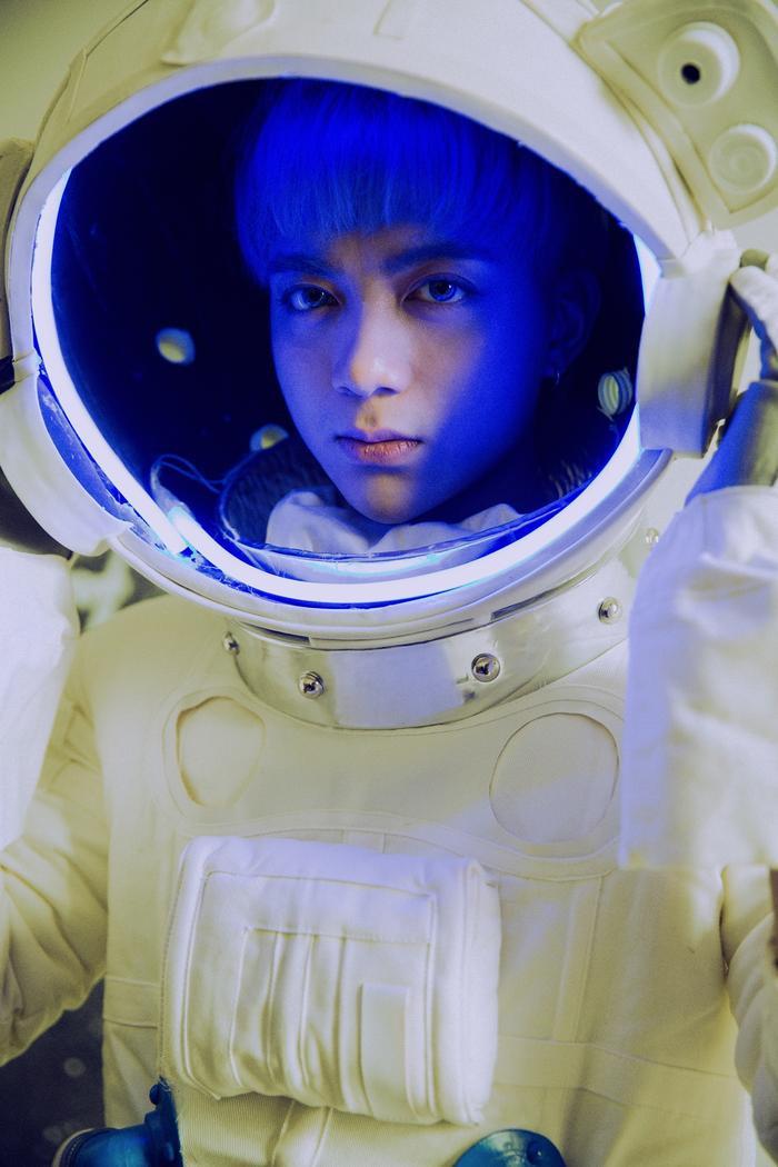 Soobin Hoàng Sơn mang đến một MV với những cảnh quay đậm chất khoa học viễn tưởng.