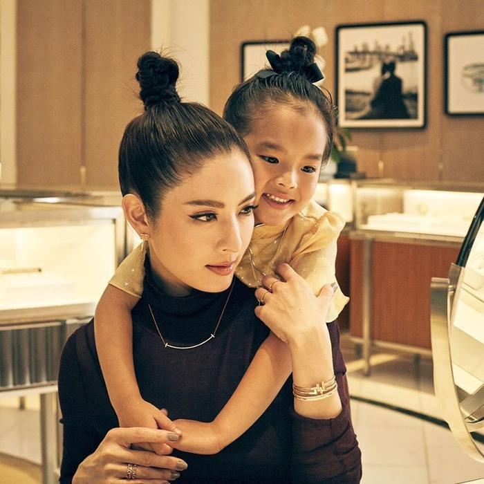 Aff Taksaorn và con gái