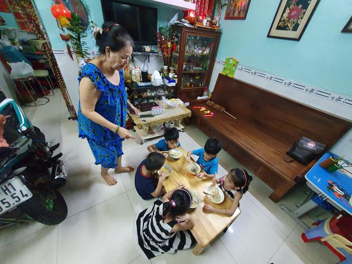 Những đứa trẻ trong ca sinh 5 đầu tiên của Việt Nam dự khai giảng bước vào lớp 1 ảnh 11