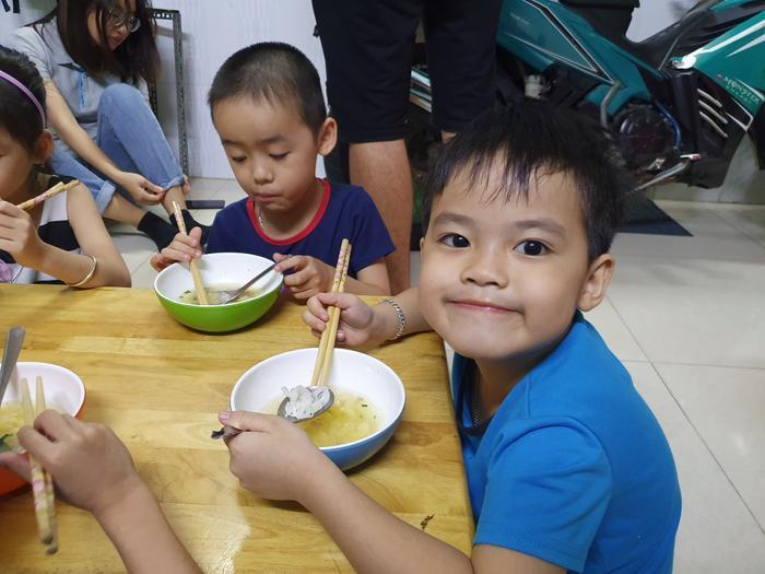 Những đứa trẻ trong ca sinh 5 đầu tiên của Việt Nam dự khai giảng bước vào lớp 1 ảnh 12