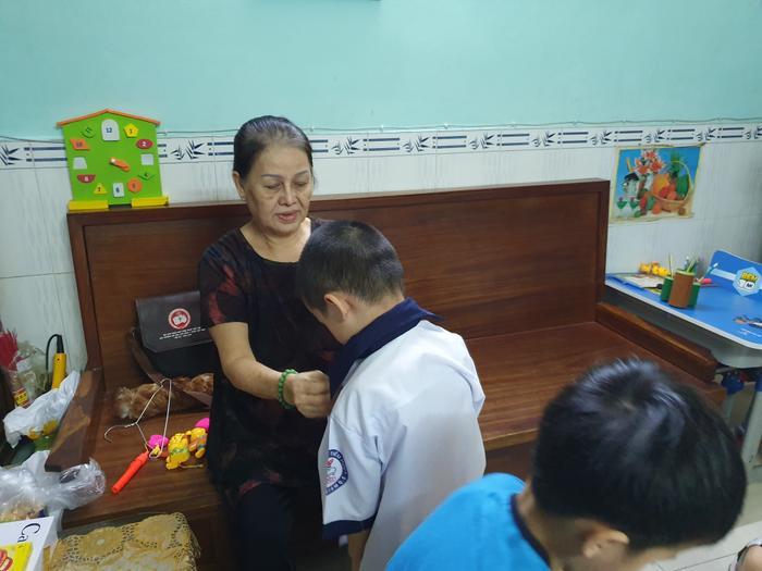 Những đứa trẻ trong ca sinh 5 đầu tiên của Việt Nam dự khai giảng bước vào lớp 1 ảnh 14