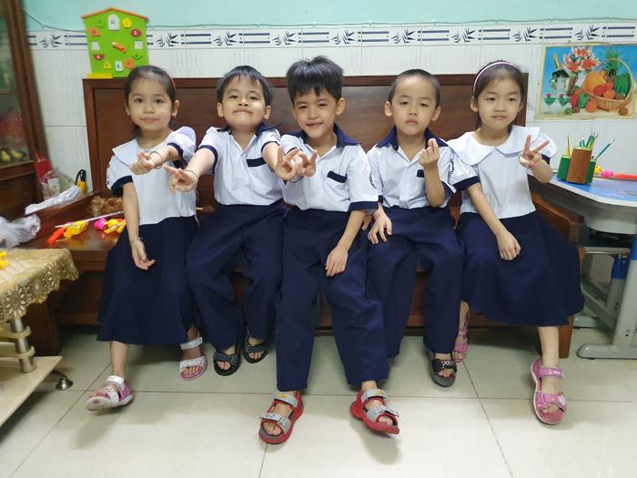 Những đứa trẻ trong ca sinh 5 đặc biệt ngày nào giờ đã đủ tuổi đến trường.