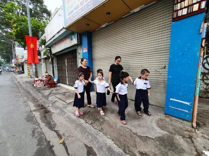 Những đứa trẻ trong ca sinh 5 đầu tiên của Việt Nam dự khai giảng bước vào lớp 1 ảnh 2