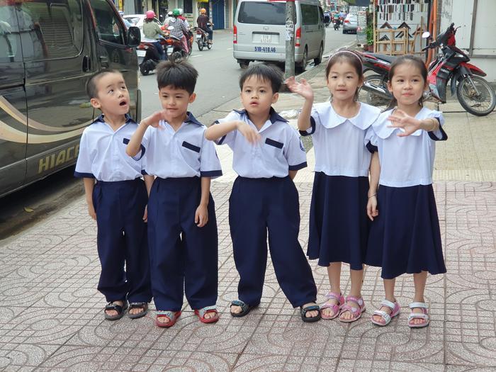 Những đứa trẻ trong ca sinh 5 đầu tiên của Việt Nam dự khai giảng bước vào lớp 1 ảnh 9